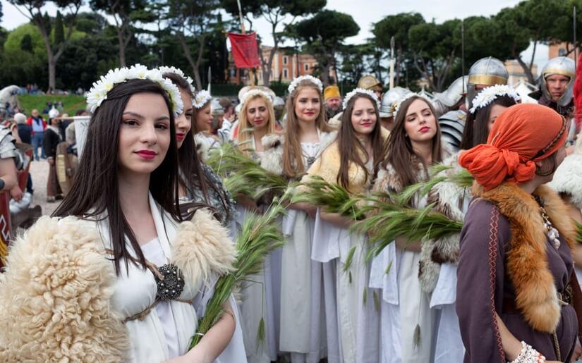 בנות רומא העתיקה במהלך חגיגות יום ההולדת